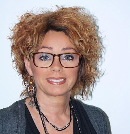Nu kommer kunderne også for at få Monas råd før, de køber nye briller